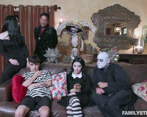 Три пары устроили групповуху на кровати на Хэллоуин